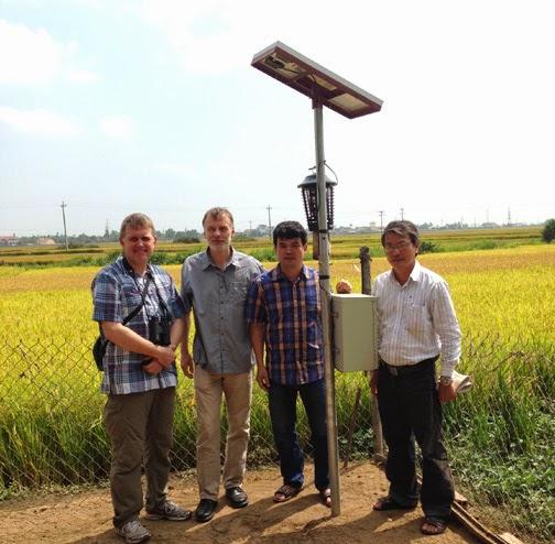 Chuyên gia Đan Mạch kiểm tra hệ thống bẫy đèn năng lượng mặt trời tại Phú Yên