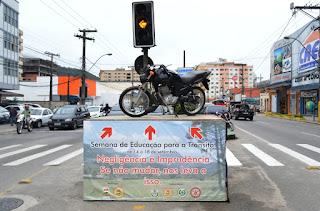 Motocicleta envolvida em acidente em exposição na Reta para chamar a atenção da população sobre o assunto