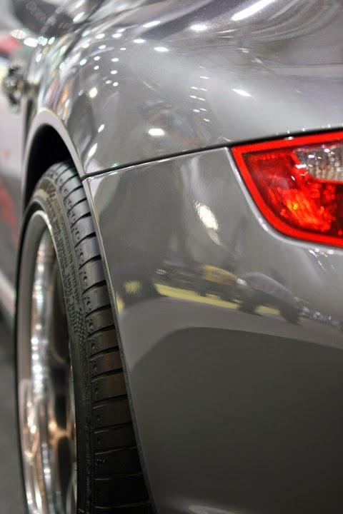 Silberner Sportwagen mit neuem Reifensatz