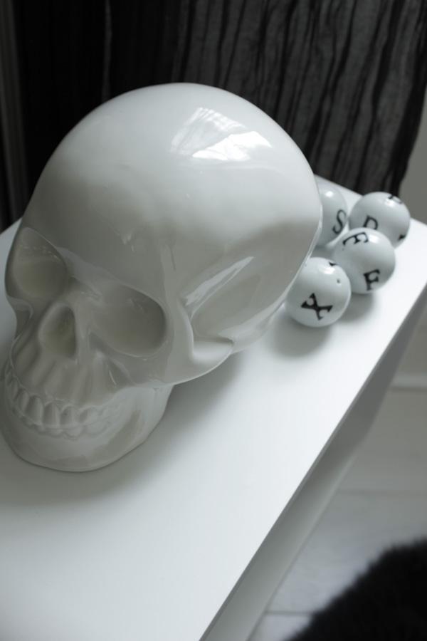 bloomingville döskalle, vitt kranium, dödskalle av vitt porslin, porslinsbollar med svarta bokstäver , bokstavsbollar