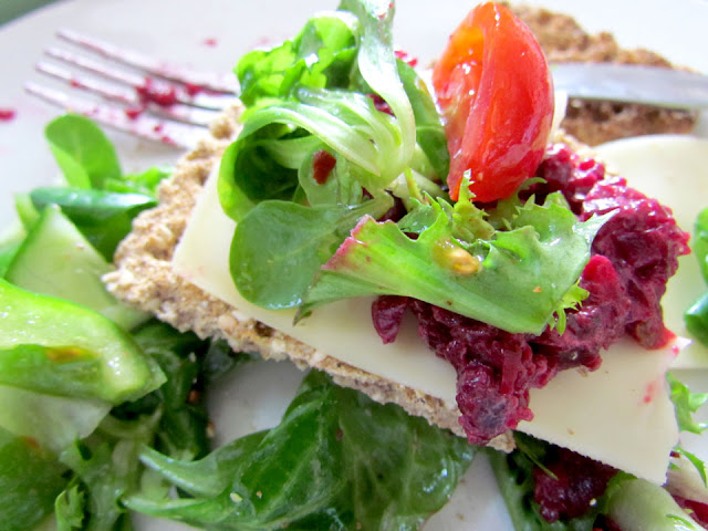 Ryvita with cheese and beetroot