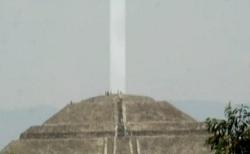 pirámide de la Luna en Teotihuacán haz de energía