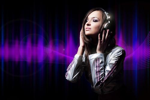 Garota com fone de ouvido