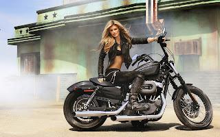 Zwarte motor met stoere blonde vrouw in leer erop