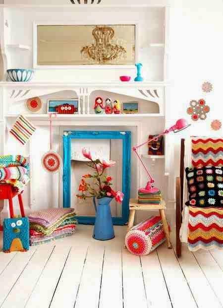 Colorful interior, podłoga z białych desek, kolorowe dodatki, turkusowa kanka, turkusowa rama na lusro, różowa lampa