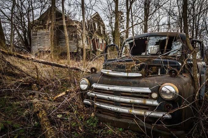 carros antigos abandonados