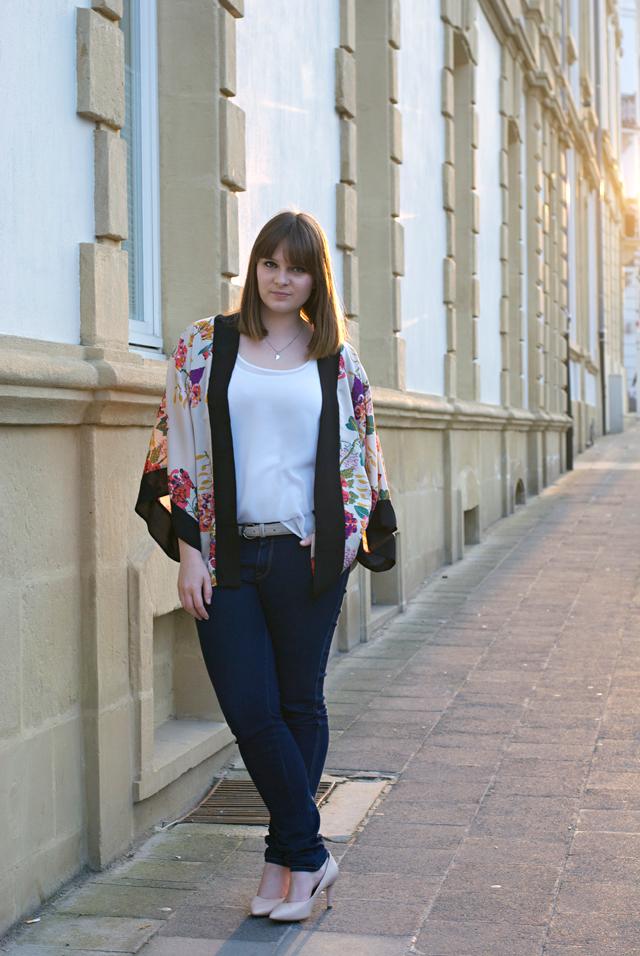 flower kimono jeans pumps outfit combination