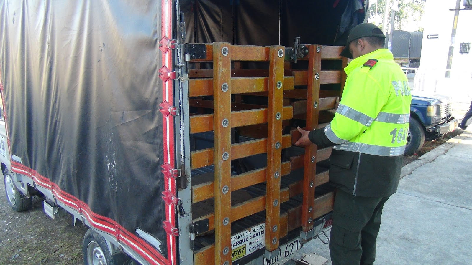 Rápidamente los funcionarios arribaron al sitio indicado, visualizando  cuando los sujetos, entre ellos una mujer, se movilizaban en una camioneta  de ...
