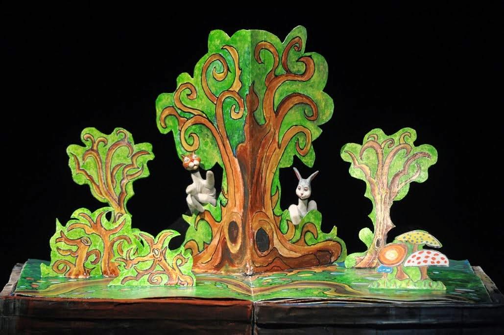 La  escenografía es un libro gigante 3D