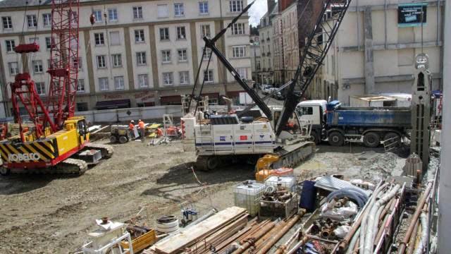 Ouest-France - Mardi 06 janvier 2015 : Les archéologues de l'Inrap fouillent le sous-sol de la place Saint-Germain. Ils ont trouvé des squelettes qui dateraient du Moyen-Age.