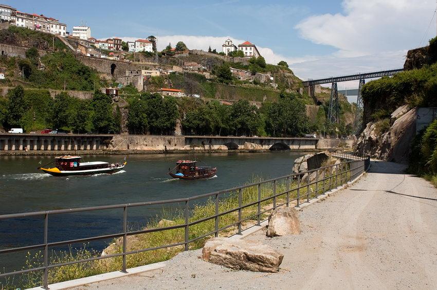 Dois Barcos Rabelos, adaptados a viagem turística, a subirem o rio entre Gaia e Porto