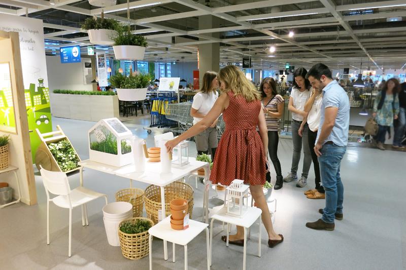 Disfrutando alrededor de la mesa en Ikea13