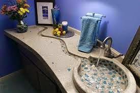 Lavabo moulé avec plan vasque, le tout forme une petite rivière zen et reposante