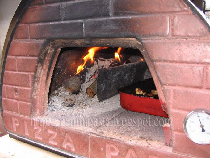 Mani in pasta pollo arrosto con patate cotto nel forno a - Temperatura forno a legna pizza ...