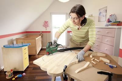 Heimwerkerin mit Bosch PST 700 E