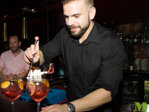 Coctelero de Makoondo Cocteleria elaborando gintonics con tonicas premium Schweppes en diferentes acciones en Zaragoza