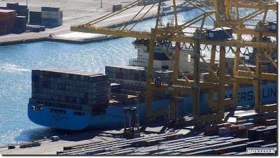Porta-contenedores en el puerto de Barcelona.