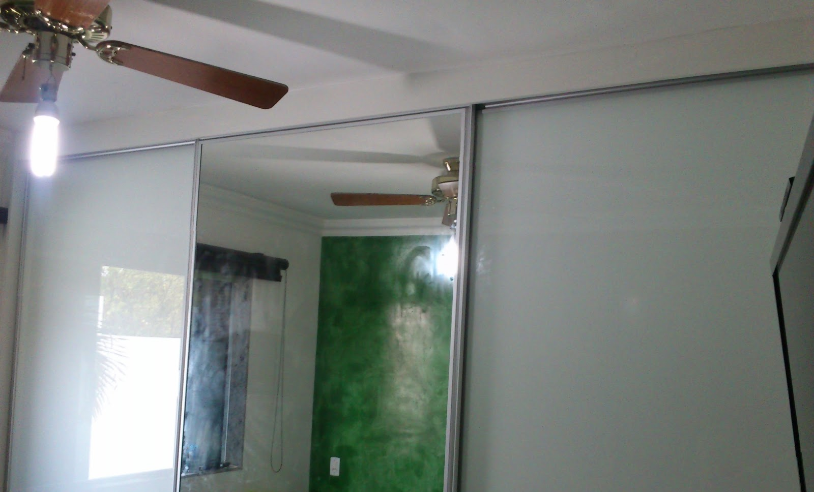 Imagens de #634940 Armário Branco com Portas em Vidro Laqueado Branco e Espelho Todo  1600x968 px 2338 Box De Vidro Para Banheiro Belo Horizonte