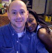 Fluency MC (Jason R. Levine) - это известный в интернете американский преподаватель, который строит свое обучение английскому на песнях в стиле рэп.