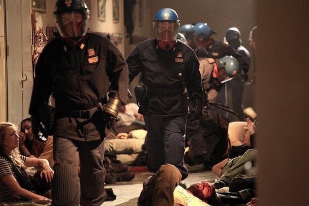 Du côté des policiers qui firent irruption dans l'école Diaz  transformée en dortoir, on retrouve l'acteur Claudio Santamaria.