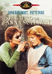 El Milagro de Anna Sullivan (Hellen Keller) Una película de la vida real. Helen, a raíz de una encefalítis, queda ciega, sorda y por tanto muda. Desconectada del mundo que le rodea, Helen crece junto a sus padres, que le han criado a su modo, sin tener conocimientos de como asumir la realidad de su pequeña hija… hasta que llega a su vida Anne Sullivan, una joven con valentía resuelta a hacer todo lo posible por devolverle a la vida. Una película encantadora, brillante, con detalles muy pequeños que nos hacen comprender lo que a diario podemos ver, tocar, sentir y mucho más.