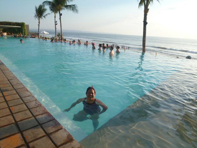 Santy aprovecha para bañarse en la piscina