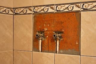 трубы в стене со снятым смесителем