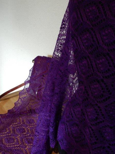 TE KOOP: Nieuwe paarse Haapsalu shawl.
