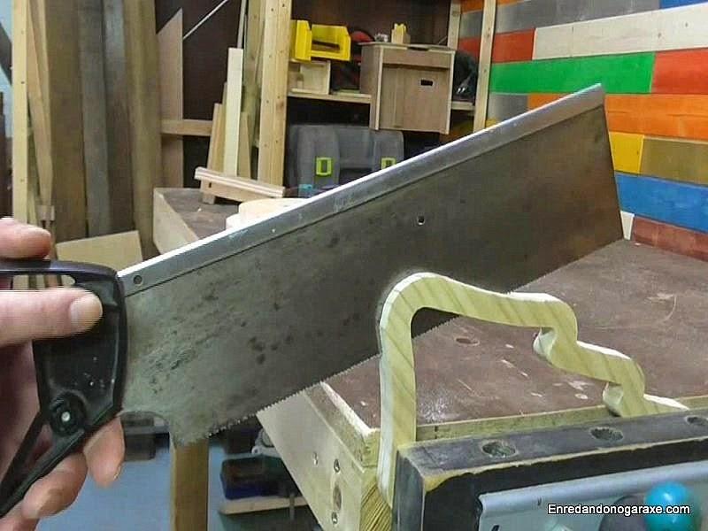 Cortar el árbol de madera en dos partes iguales. enredandonogaraxe.com
