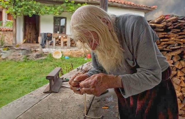 http://www.e-farsas.com/com-98-anos-dobri-dobrev-doou-seu-dinheiro-e-vive-como-mendigo.html
