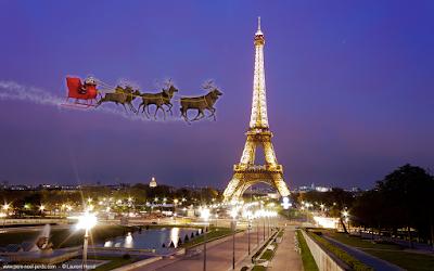 Le Père Noël passe devant la tour Eiffel à Paris