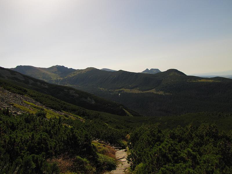 Na stokach Żółtej Turni. Z lewej widać Beskid i Kasprowy Wierch, a z prawej Giewont.