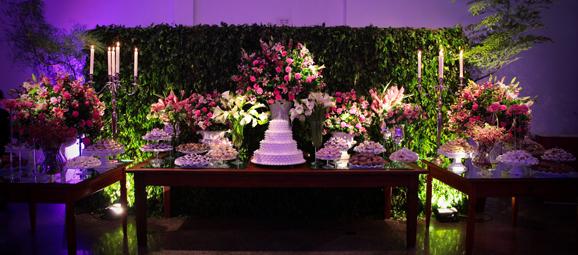 Na decoraçãodo buffet, atrás da mesa dos doces, hall de entrada