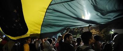 Por que os brasileiros não confiam nos políticos e amam o Estado?