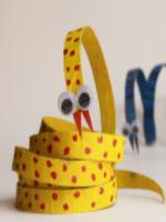 http://manualidadesparaninos.biz/serpiente-con-rollos-de-papel-higienico/