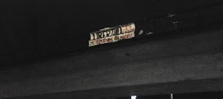 Unas veinte personas han realizado una concentración-marcha por la absolución de los compañeros y compañeras detenidos en Madrid el 28N.     La Jornada Internacional contra la represión y por la absolución de los detenidos y detenidas el pasado 28 de noviembre en Madrid, ha tenido eco en Salamanca. Se ha realizado una concentración en la Puerta de Zamora, desde donde luego ha partido una pequeña marcha hacia la Plaza Mayor.     En los últimos años hemos venido padeciendo una escalada de represión social y sindical. Precisamente, ya hemos venido denunciando diferentes casos de represión, como el caso de los 3 de Niza (2011) o el del 14N en Logroño (2012). En los últimos meses, esta represión ha sufrido un crecimiento exponencial, aumentándose los casos de represión y la intensidad de ésta: detención de ocho solidarios con la lucha de los Astilleros de Cádiz, encarcelación de cinco compañeros en Sabadell, golpe represivo al entorno anarquista contra cinco compañeros y compañeras en Barcelona, detención de diecinueve personas en Madrid…     Estos casos cada vez están siendo más mediáticos, los compañeros y compañeras son secuestrados en su propia casa o trabajo, rodeados de decenas de Policías, abordando como peligrosos terroristas a personas que todo lo que hicieron fue acudir a una manifestación. Todo ello, en perfecta sincronización con la elaboración de la Ley de Seguridad Ciudadana, todo orquestado para criminalizar a los que se manifiesten.  Las acciones de apoyo, además de en Madrid y en Salamanca, se han sucedido en Granada, Cádiz, Almería y Gijón; que tengamos noticias por el momento.