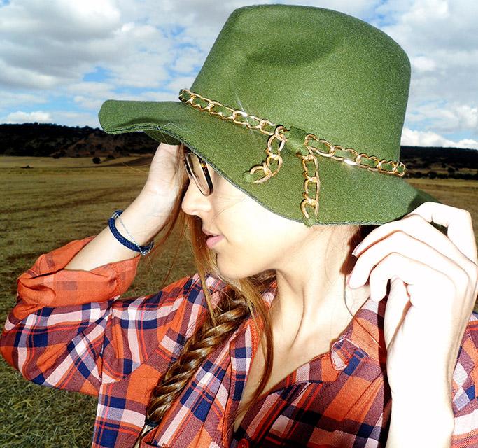 Sombrero verde con detalle de cadena dorada