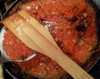 Sauce tomate cuite en cours de filtration de son surplus de jus