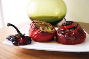 Peperoni ripieni di melanzane, uva secca e pinoli