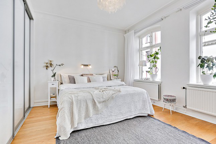Deco white small apartment with or without shoes for Alfombras blancas dormitorio