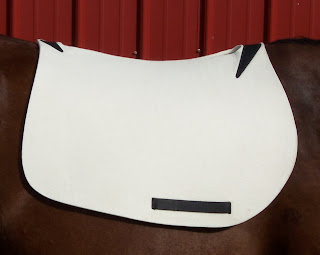 Self-Contouring English Pad on horse, side view