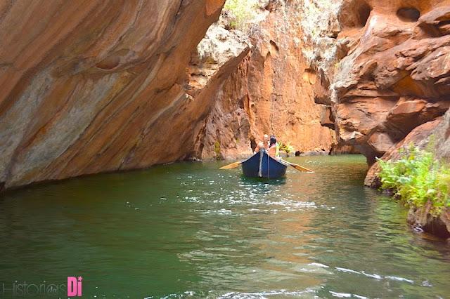 Canoa passando pela Gruta do Talhado