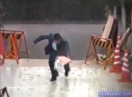 video prank lantai melekat kelakar