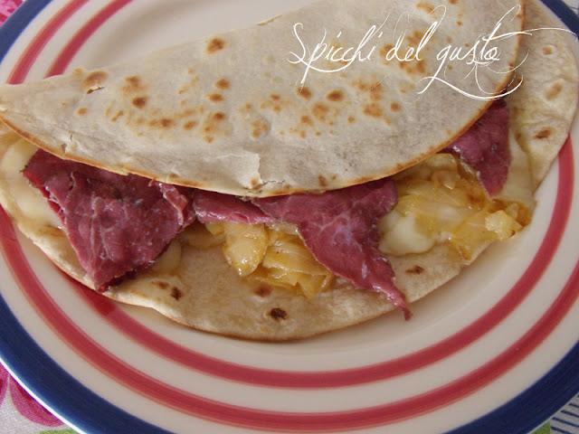 piadina romagnola con cipolla, scamorza affumicata e carpaccio marinato con limone