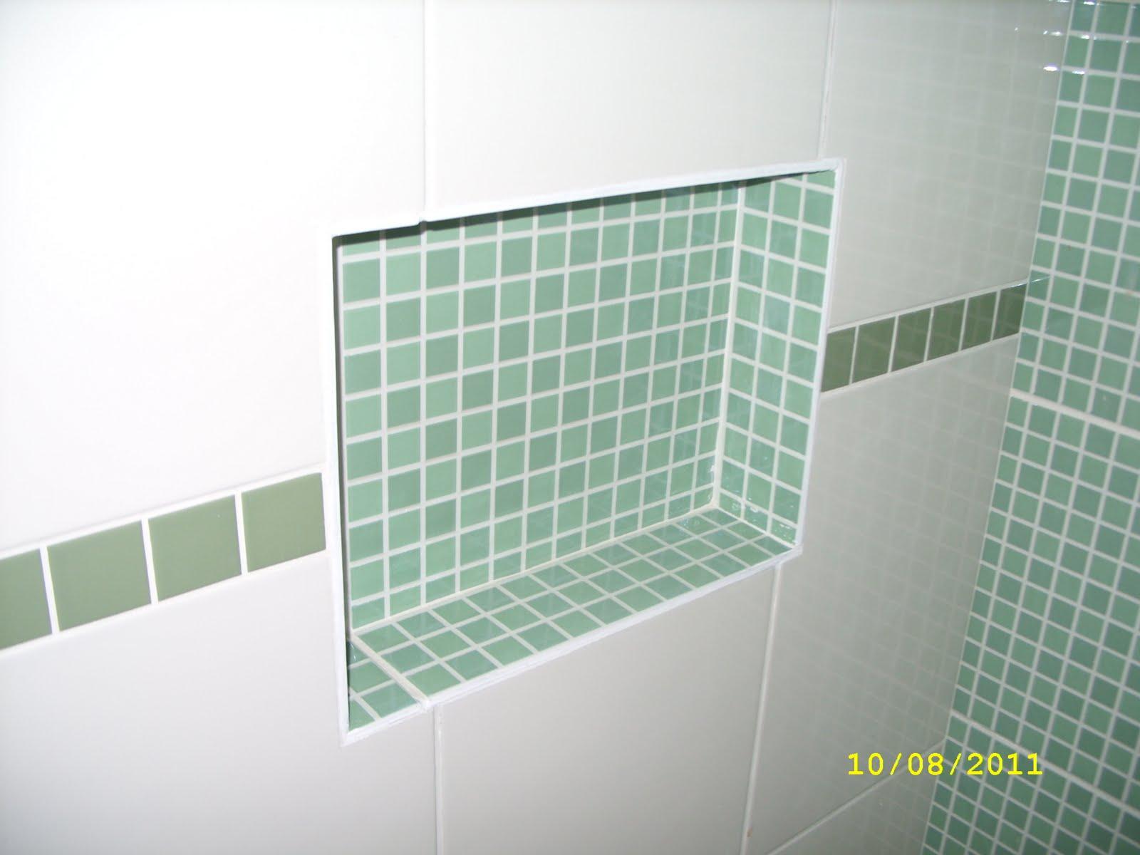 Na suíte optamos por um piso com tons de verde e o rejunte verde  #A2A823 1600x1200 Banheiro Cinza Com Azul