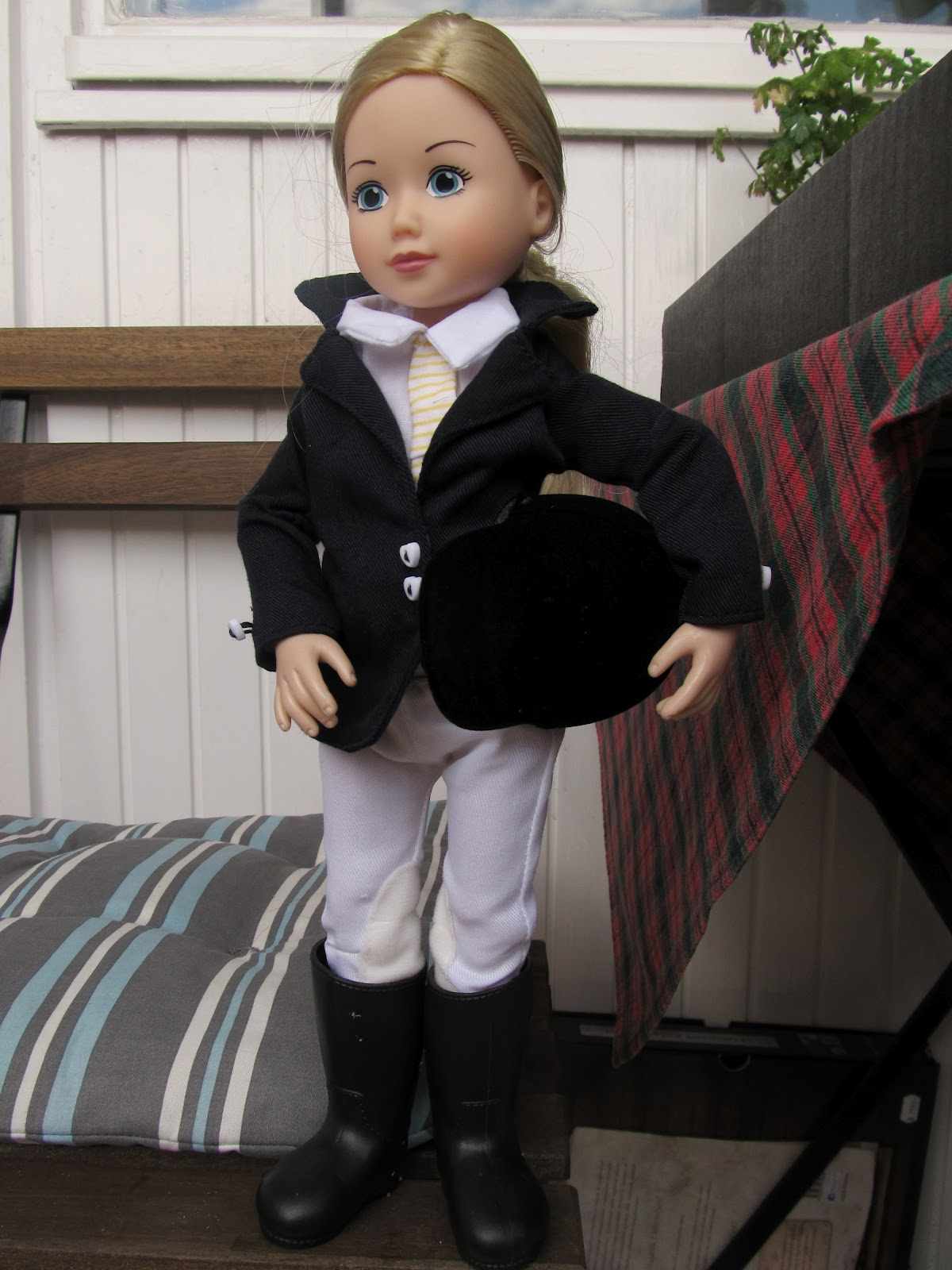 Az eredeti ruhája egy lovas ruha (itt csak súgva jegyzem meg esetlenebbül  volt elkészítve mint egy Barbie méretű e93deb68c7