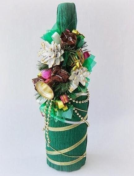 Празднично украшенная бутылка шампанского на Новый год фото