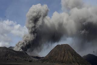 Gunung Bromo terus bergejolak asap pekat terus menyembur dari permukaan kawah bahkan dalam 6 jam terakhir pos pemantau Bromo merekam terjadinya 5 kali letusan dengan durasi lebih dari 10 detik