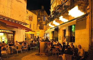 © Vue d'une rue piétonne le soir, avec ses terrasses de cafés et restaurants. Photographe : Michel GARNIER