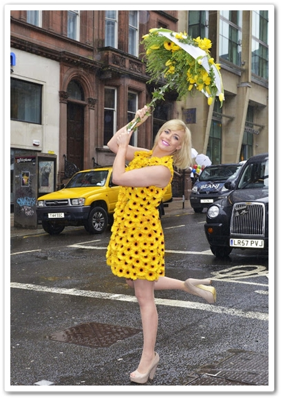 klänning av blommor, klännin ´g germini, couture dress flowers, dress germini, mood flowers, nick priestly, florist glasgow, cat cubie, cat cubie flower dress,  launch Park Inn by Radisson Hotel, Park Inn by Radisson Hotel glasgow scottland